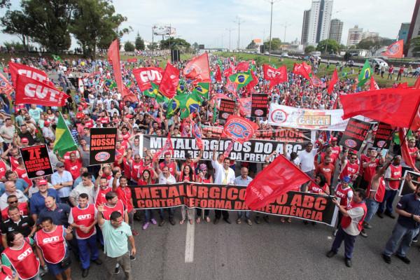 SP - METALÚRGICOS/PROTESTO/ABC - POLÍTICA - Sindicato dos Metalúrgicos do ABC faz   protesto contra a reforma da   Previdência e bloqueia o trânsito na   Via Anchieta, no município de São   Bernardo do Campos (SP), na manhã desta   sexta-feira, 9. Funcionários das   montadoras da Scania, Ford, Volkswagen,   Mercedes-Benz e Toyota, além de   fábricas de autopeças, participam do   ato.   09/12/2016 - Foto: FELIPE RAU/ESTADÃO CONTEÚDO
