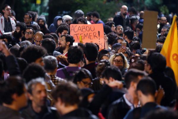 17 05 2017 São Paulo SP  Brasil  Manifestantes fecham as duas vias da avenida Paulista pedindo eleições já depois das divulgações de corrupção envolvendo o presidente Michel Temer Foto Paulo Pinto AGPT
